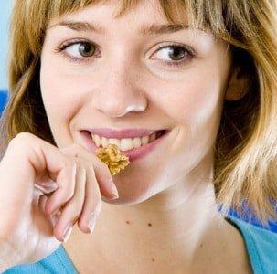Почему нужно кушать орехи больным геморроем