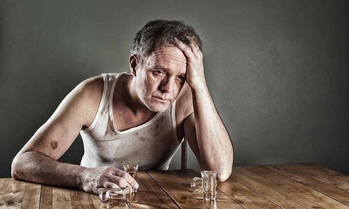 Болезнь может развиться из-за злоупотребления спиртными напитками