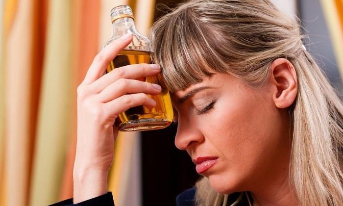 Шишки геморроя вызывает употребление алкоголя, который расширяет сосуды, от чего происходит накопление и застой крови