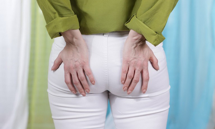 Признак обострения это боль в области ануса, усиливающаяся во время ходьбы или в положении сидя