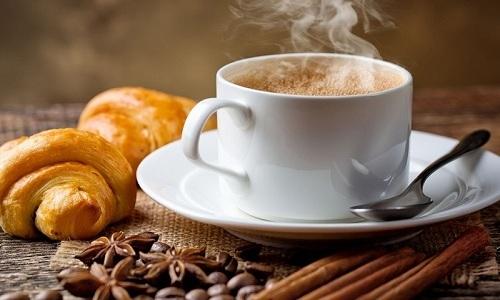 Кофе, с одной стороны, тонизирует венозные сосуды, а, с другой, может способствовать запору и спазму мышц заднего прохода