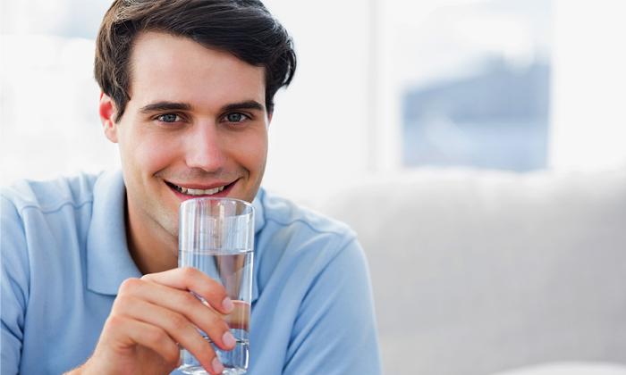 Оптимальный объём воды и прочих жидкостей нормализует консистенцию каловых масс и предупреждает запоры
