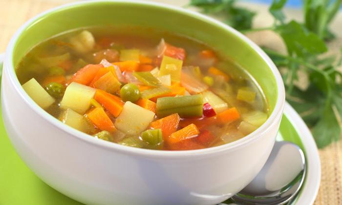 Необходимо употреблять продукты, оказывающее послабляющее действие например овощные блюда