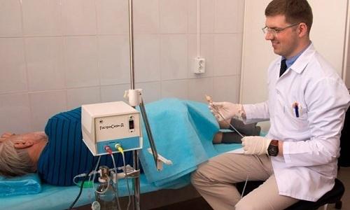 Проктолог проводит специальные диагностические процедуры (ручной осмотр, с использованием инструментов)