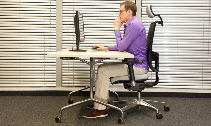Во время сидения стопы должны находиться полностью на полу, и ни в коем случае не свисать