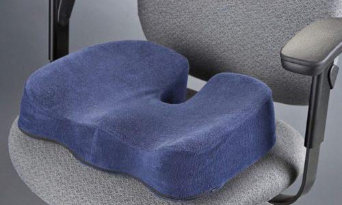 Особенность ортопедической подушки от геморроя в том, что в центре поверхности, на которую нужно садится, расположена выемка