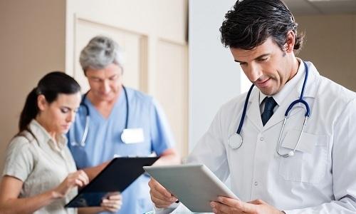 Главное при первых признаках заболевания - обратиться к специалисту: врачу-проктологу или врачу-колопроктологу