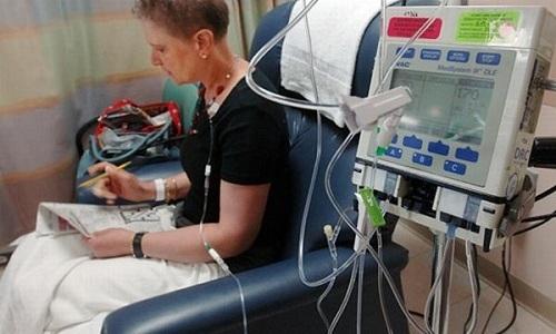 Химиотерапия – это воздействие на опухоль и ее отсевы специальных комбинаций противоопухолевых препаратов, которые вводятся внутривенно