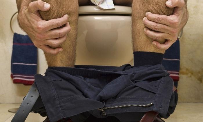 Спровоцировать появление болезни может хронический запор