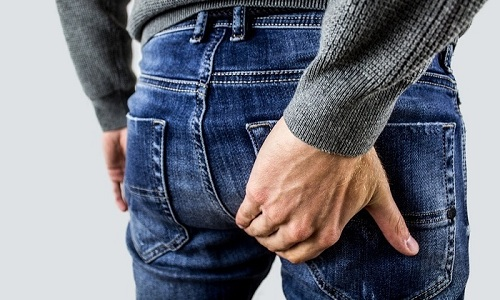 При геморрое больного беспокоит боль, зуд и жжение в заднем проходе