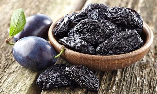 Лицам, страдающим запором, рекомендуется ежедневно натощак употреблять 5-6 штук чернослива