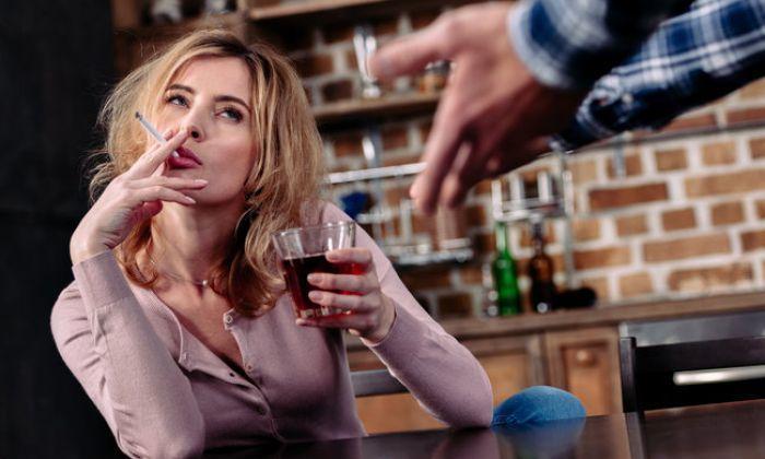 Злоупотребление алкогольными напитками расширяет кровеносные сосуды и увеличивает приток крови к кавернозным образованиям