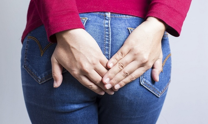 При развитии геморроя человека беспокоят неприятные ощущения в заднем проходе