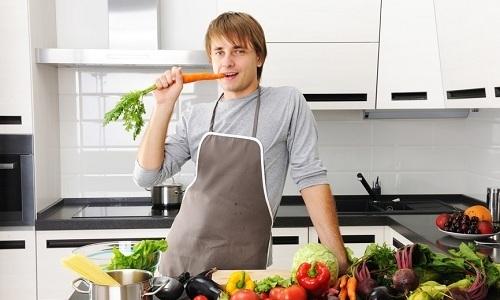 Мужчины не должны забывать, что профилактика геморроя включает в себя соблюдение сбалансированной диеты