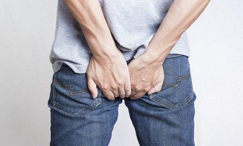 На 3 или 4 стадии развития болезни, когда выпадают геморроидальные узлы и мышцы сфинктера их сдавливают, возникает острая боль