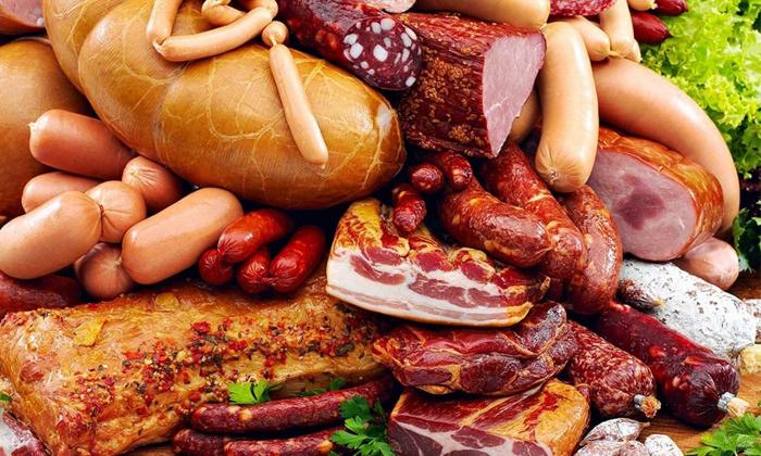 Появление геморроя может спровоцировать копченая пища