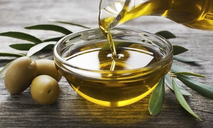 Перед введением свечу можно смазать оливковым маслом