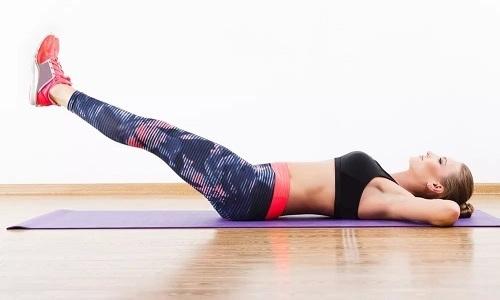 При геморрое можно делать упражнение ножницы - разведение поднятых ног в стороны с последующим скрещиванием