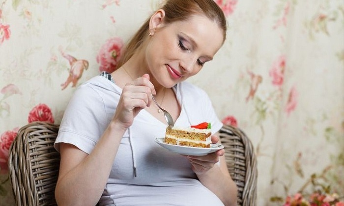Изменение привычного рациона питания может спровоцировать у беременной развитие геморроя