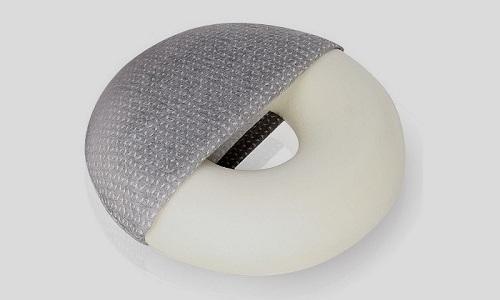 Людям после операции, которые вынуждены длительное время сидеть на стуле, нужно использовать небольшую подушку-колечко от геморроя