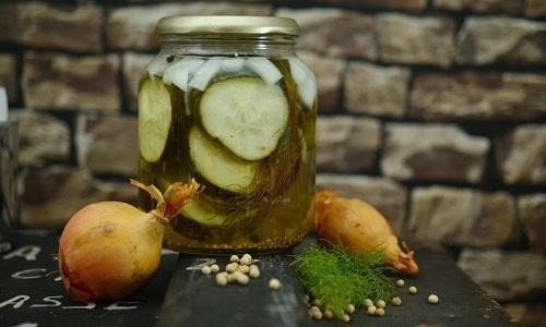 При выраженных проблемах с опорожнением кишечника советуют употреблять рассол из зелёных плодов