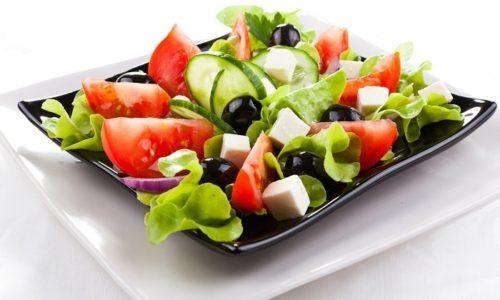 На застолье отдайте предпочтение салатам, и желательно без майонеза