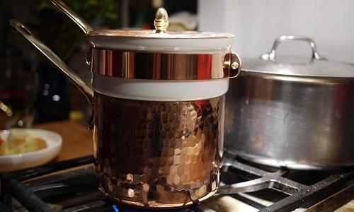 Соцветия заливают горячей водой 2 столовых ложки на 200 граммов воды, ставят на водяную баню на 30 минут, процеживают