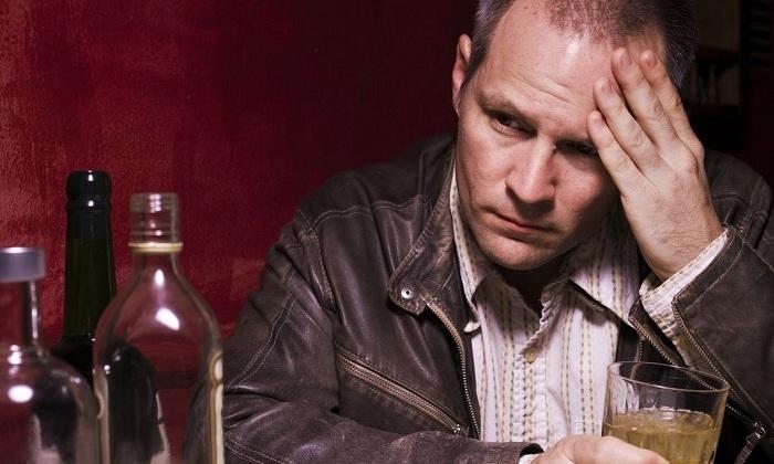 Злоупотребление спиртным приводит к расширению кровеносных сосудов, расположенных, в том числе, и в прямокишечном канале