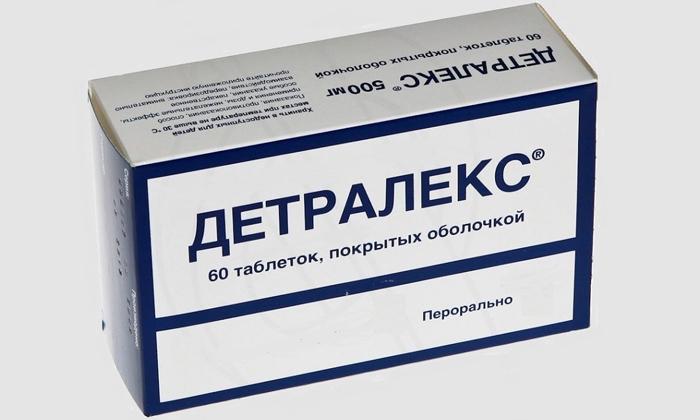Лечить геморрой у женщин можно препаратом Детралекс.