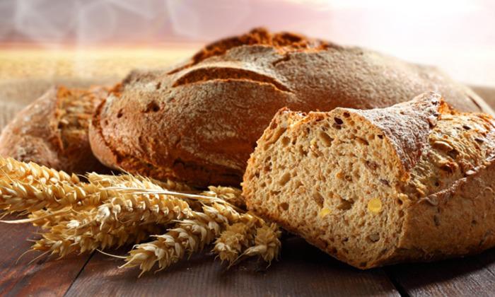 При проблемах с опорожнением кишечника пациентам необходимо есть хлебные изделия из муки грубого помола