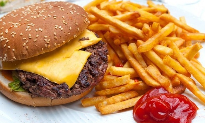Болезнь часто сопровождает людей, которые употребляют гамбургеры и прочий фастфуд