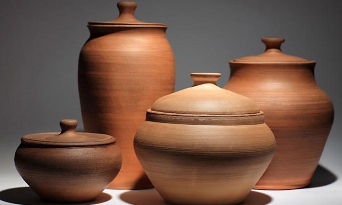 Чтобы заговорить геморрой, необходимо взять глубокую глиняную посуду