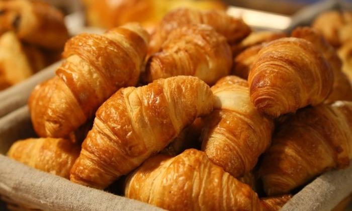 Важно избегать сдобы, кондитерских изделий и жирных блюд. В рацион следует включать больше овощей и фруктов