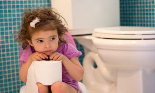 Главная причина возникновения проктологических болезней у годовалого ребенка или малыша 2 года жизни – запор