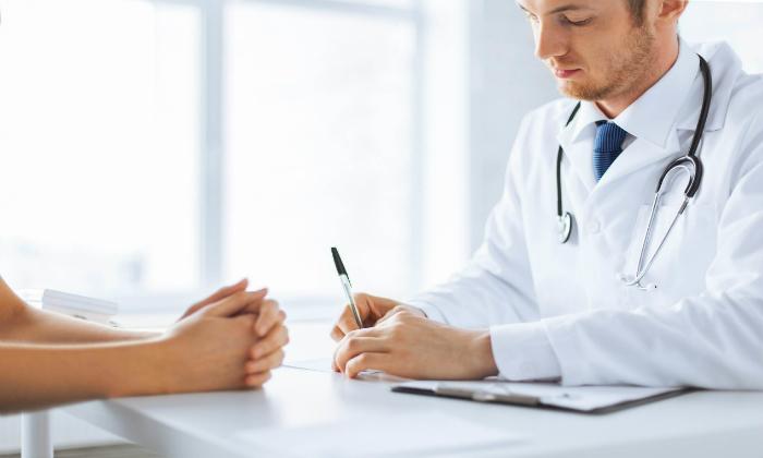 Врачи-проктологи имеют противоположное мнение и считают, что так геморрой лечить нельзя, а в моче нет ничего полезного