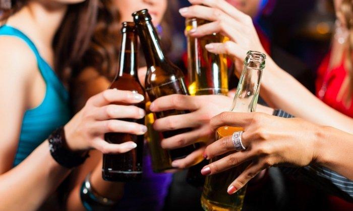 Употребление крепких спиртных напитков также может повлиять на возникновение крови при дефекации
