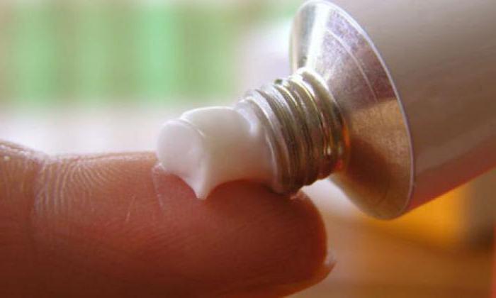 Мази и компрессы на основе меда, прополиса, дегтя березы, вазелина и масла облепихи помогают снять воспаление и облегчают течение болезни