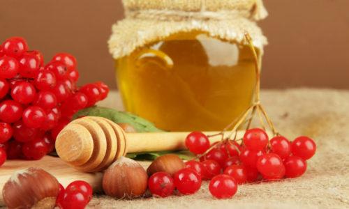 От запора утром натощак необходимо скушать 50 плодов калины. Вкус ягод будет приятнее, если их смешать с 1 столовой ложкой меда