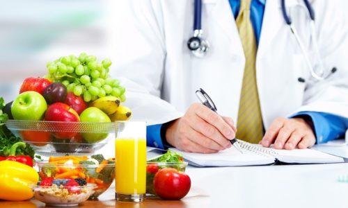 При сахарном диабете 2 типа, кроме медикаментозного лечения, мужчине предлагается снизить вес, отказаться от вредных привычек и соблюдать строгую диету