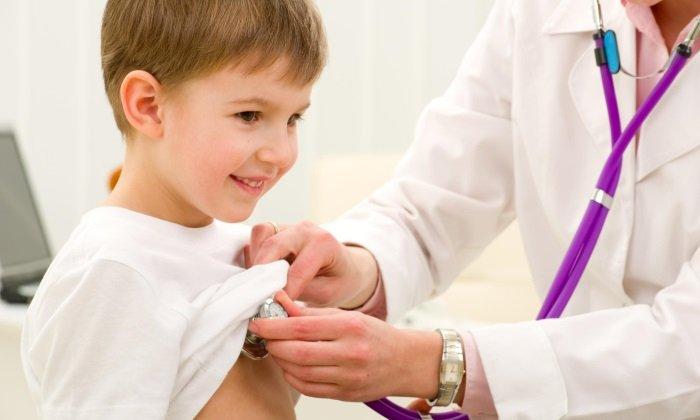 Назначать лекарственные препараты и корректировать схему их применения в процессе лечения должен врач-терапевт или педиатр