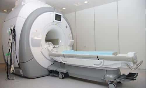При распространении опухоли на другие органы обязательно проводится компьютерная или магнитно-резонансная томография. Достоинством МРТ является отсутствие лучевой нагрузки