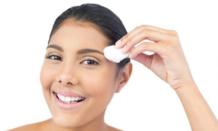 После татуажа бровей или губ рекомендуется использовать данное вещество для обработки травмированных участков. Мазь предотвращает пересыхание сформировавшейся корочки и препятствует проникновению патогенной микрофлоры