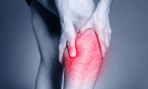 Симптомом болезни может быть отдача боли отдаленно в нижние конечности