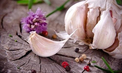 Чеснок, как и лук, содержит витамин С и фитонциды в своем составе, и воздействие его на мужскую железу тоже положительно