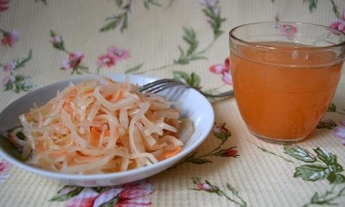 Рассол квашеной капусты употребляют в теплом виде по 30 мл, увеличивая со временем дозу до 50 мл