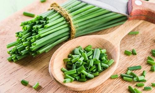 Положительно влияет на потенцию зеленый лук со сметаной