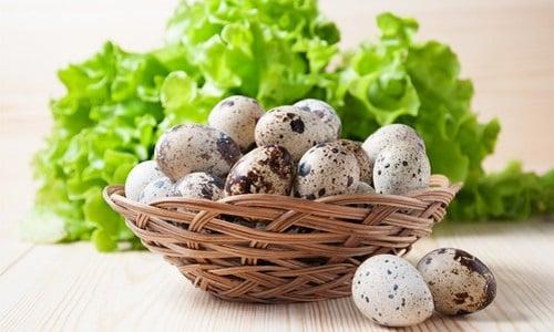 В качестве закуски, которая хорошо будет сочетаться с тостами (гренками), можно приготовить блюдо из перепелиных отварных яиц