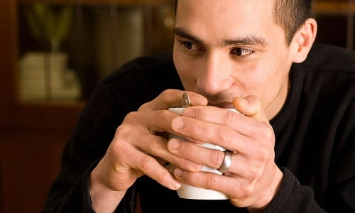 Принимать отвар из зверобоя нужно по 1/3 стакана трижды в сутки за 30 минут до еды