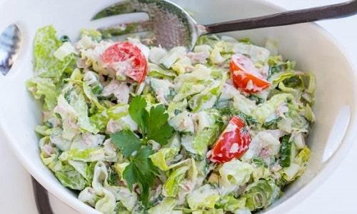 Сметану можно добавлять в другие блюда, например в качестве заправки для овощного салата