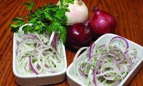 Для повышения мужской потенции можно приготовить салат из лука (головка и зелень), петрушки, укропа и сметаны